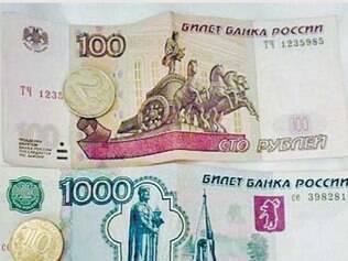Como é difícil comprar rublos, leve euros (em papel e em um cartão pré-pago). Você pode trocar no aeroporto ou nos grandes bancos de Moscou. A maioria dos estabelecimentos aceita cartões pré-pagos ou de crédito. Um rublo vale cerca de R$ 0,65
