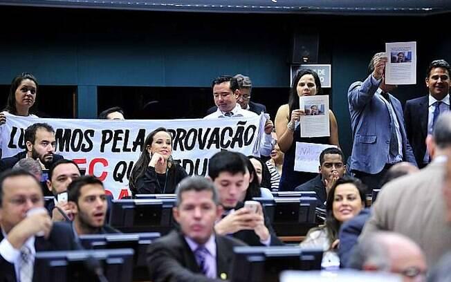 Manifestantes contra e a favor da redução da maioridade penal marcaram presença na votação (31/03)