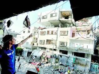 Destruição. Palestino inspeciona prédio da Faixa de Gaza após queda de foguete israelense no local