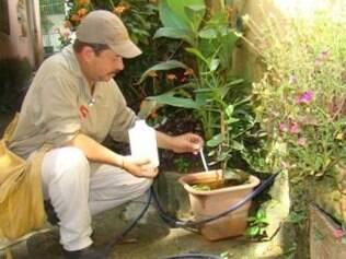 Técnico em ação contra a dengue em residência