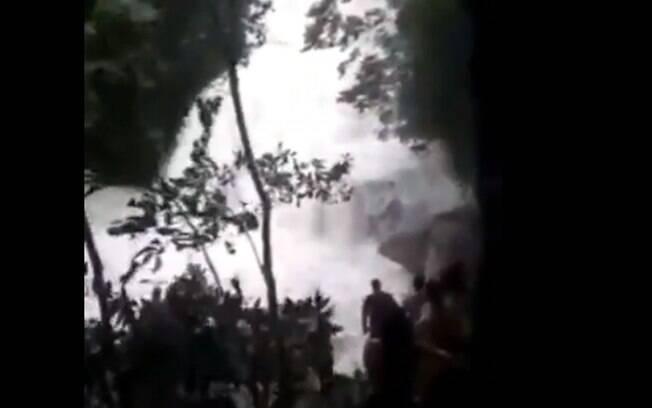 Trecho de vídeo mostra força da água no local