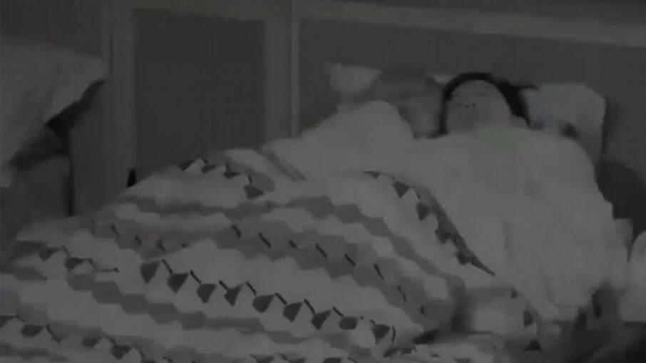 Pyong Lee e Antonela Avellaneda na mesma cama durante o