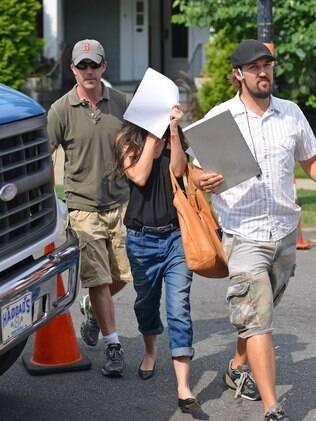 Demi Moore esconde o rosto nas filmagens de