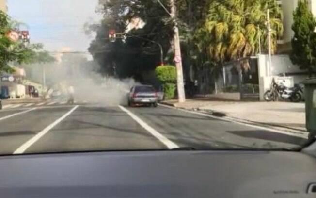 Carro pega fogo na Júlio de Mesquita, no Cambuí, em Campinas
