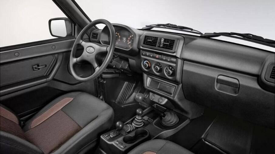 Interior do Lada Niva Bronto inclui painel mais moderno que o original, mas sem perder a  o estilo rústico