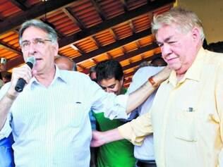 Aniversário ou comício?  Ao lado do líder peemedebista, Pimentel criticou os adversários do PSDB