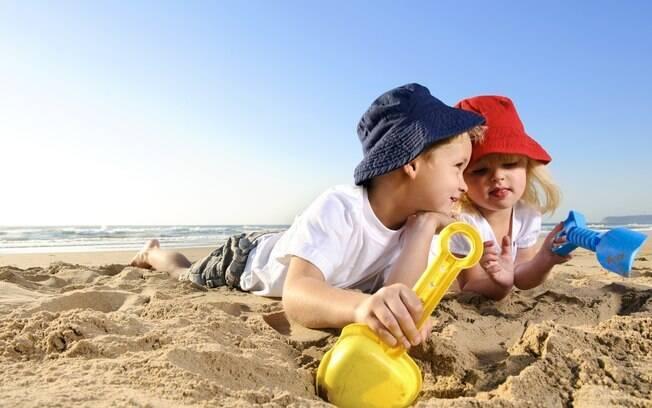 Chapéus na praia e protetor solar mesmo longe do mar: proteja seu filho do sol