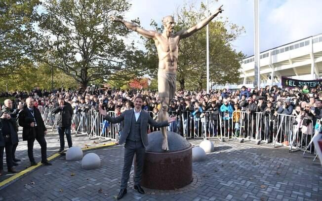 Zlatan Ibrahimovic na frente da sua estátua, na Suécia