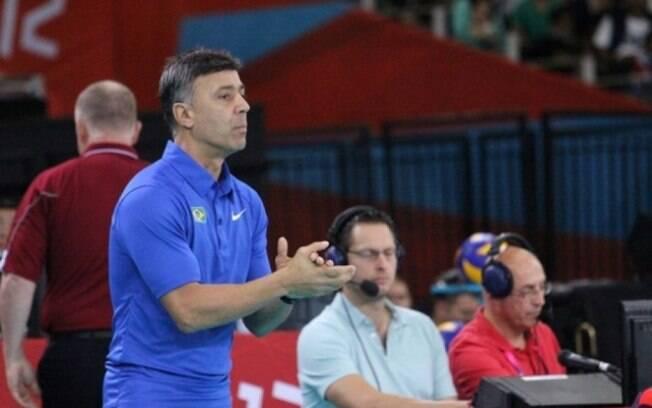 O técnico Fernando Guimarães orienta atletas da seleção brasileira de vôlei sentado