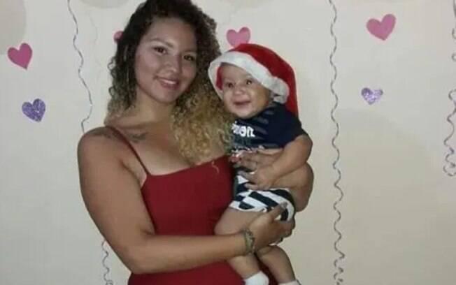 Maria Eduarda, de 17 anos, segurando o filho, que foi encontrado chorando ao lado do corpo dela.