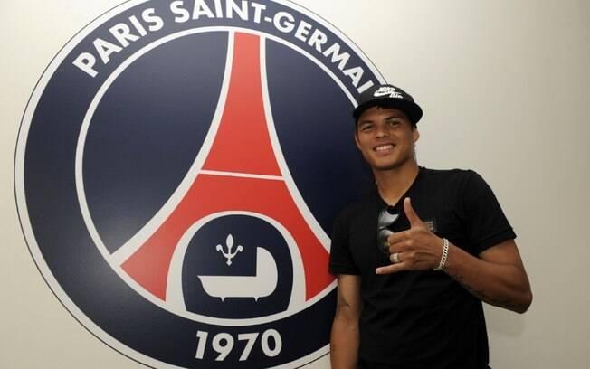 Thiago Silva posa ao lado do escudo do clube  francês