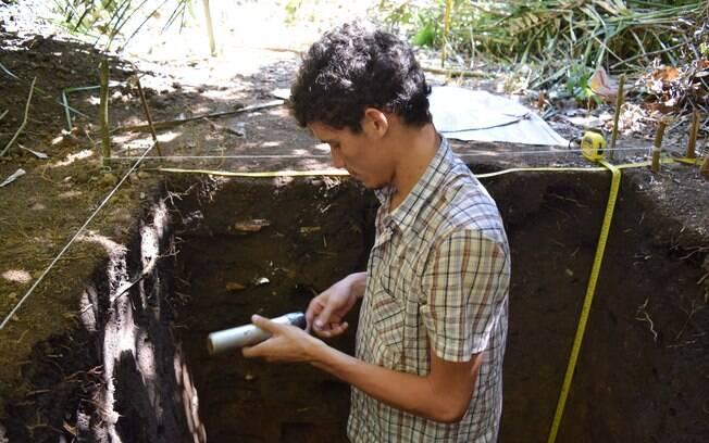 'Pesquisadores ficam entre sobreviver ou desenvolver suas pesquisas', diz o arqueólogo Hugo Tavares; na foto, em uma visita a campo para sua pesquisa na Amazônia