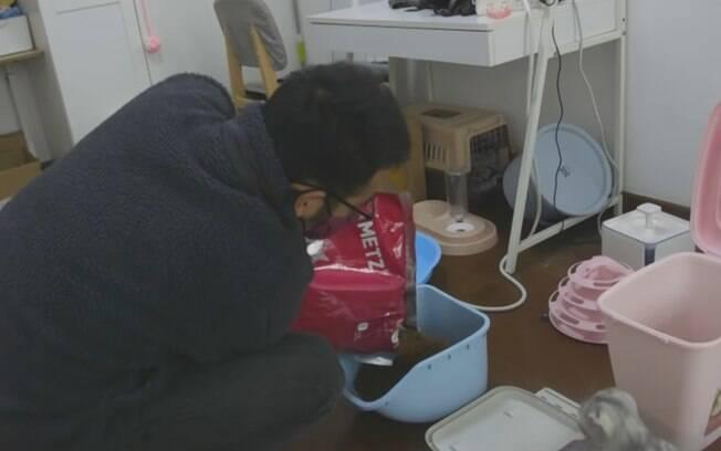 Ye Jian alimenta, dá água e limpa a sujeira dos pets