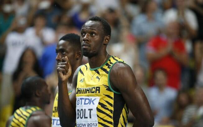 Antes da largada, Bolt brincou com a chuva  que caía em Moscou e fingiu abrir um guarda-chuva