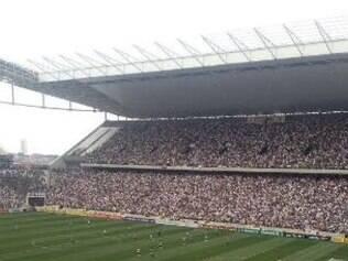 Cobertura inacabada causou problemas na partida entre Corinthians e Figueirense, por conta da chuva