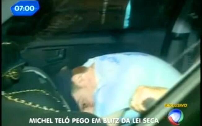 Michel Teló depois de ser parado com a atriz Thaís Fersoza na blitz da Lei Seca: detalhe para a bolsa da atriz no painel do carro