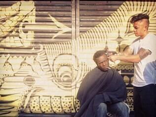 Mark Bustos corta cabelos de moradores de rua aos domingos