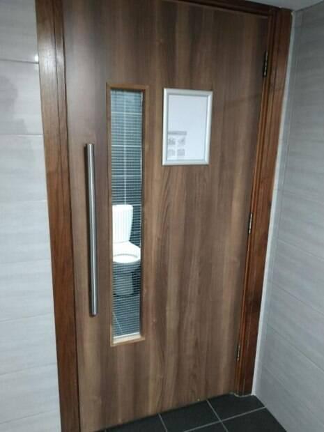 porta de banheiro