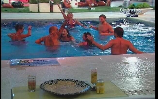 Brothers deixam a pista de dança para se refrescarem na piscina