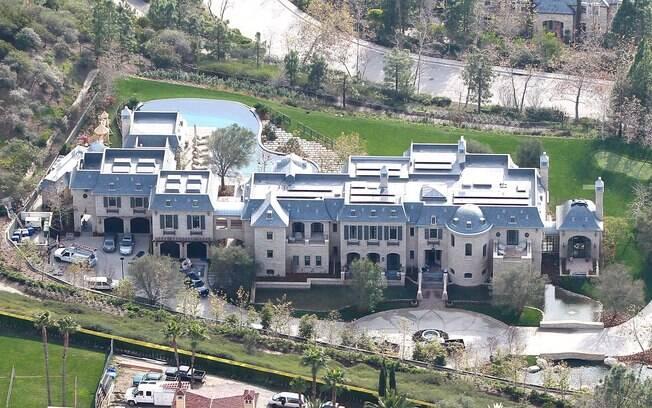 A casa tem oito quartos, garagem para seis carros, adega, berçário, sala de musculação, piscina, spa e ponte que conecta os dois extremos da mansão