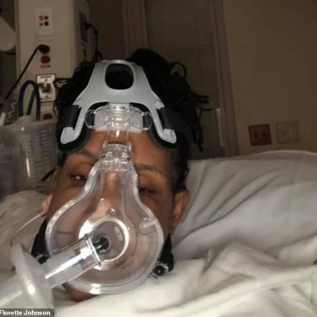 mulher com máscara de oxigênio