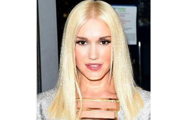 A cantora Gwen Stefani apostou nos fios lisos e nos olhos com tons metálicos