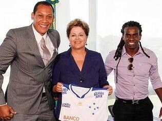 Dilma posou com a camisa do Cruzeiro dada por Tinga