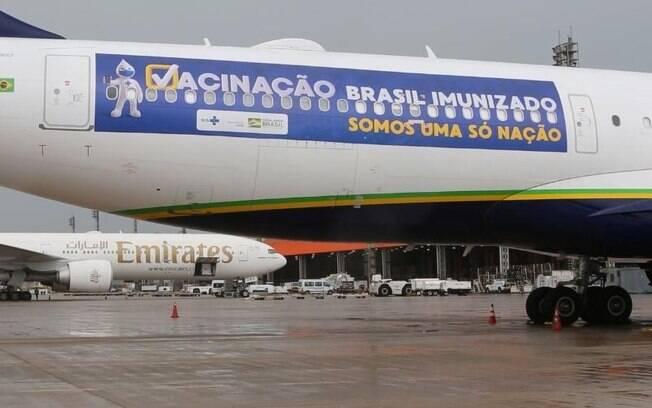 O avião foi adesivado para buscar as doses na Índia