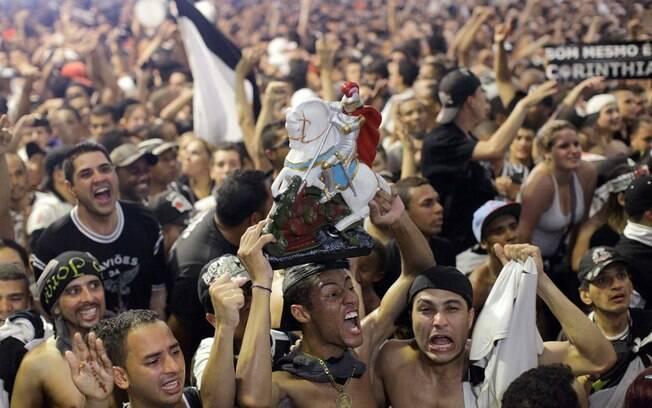 Torcida do Corinthians na quadra da Gaviões  da Fiel vai à loucura após o gol de Guerrero,  diante do Chelsea