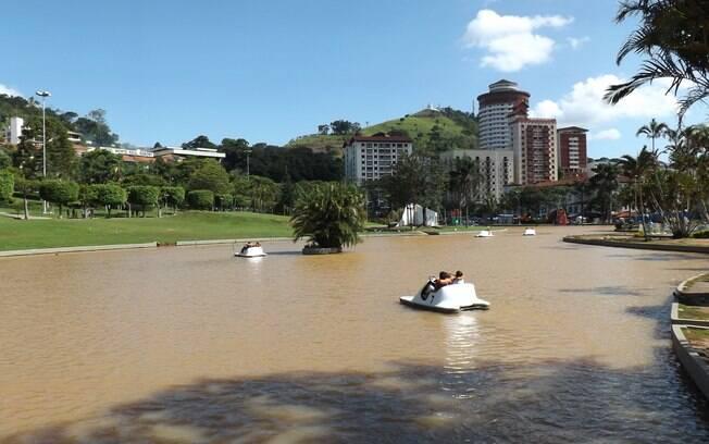 O que fazer em Águas de Lindóia: na Praça Adhemar de Barros, você pode navegar pelo lago a bordo de pedalinhos