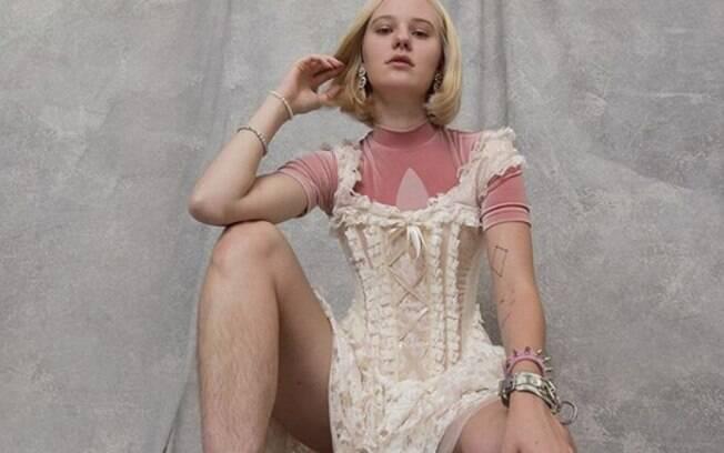 Além dos pelos que irritam tanto outras pessoas, a artista plástica sueca Arvida Byström também trabalha com o feminismo