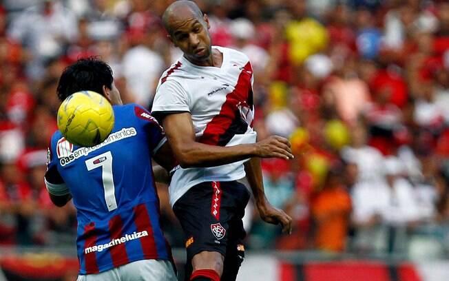 O atacante Dinei marcou gols decisivos do  Vitória no estadual