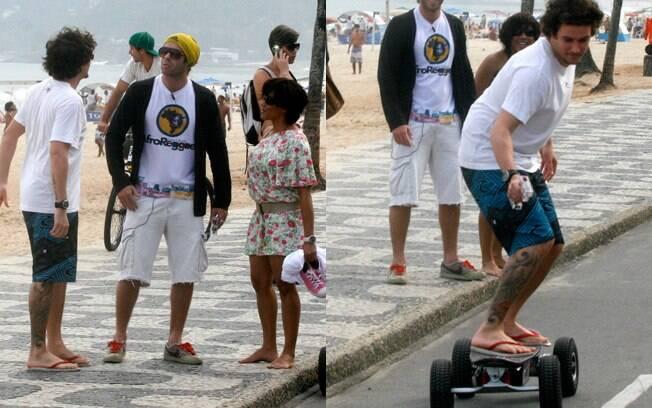 Na hora de ir embora, o casal encontrou com o ex-BBB Mau Mau, e Felipe resolveu arriscar algumas manobras no skate do músico