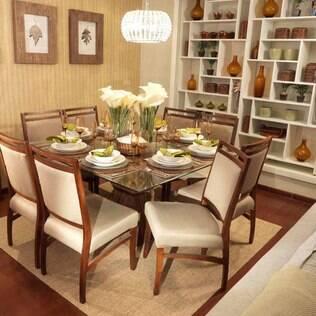 Na sala de jantar, o foco da luz deve estar na mesa