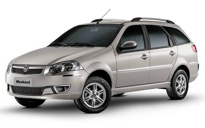 A longeva Fiat Weekend aparece entre os carros com desconto na versão Attractive. O modelo Adventure está mais caro