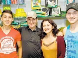 Colombiana Esperanza Castelãno e família estão em BH e compraram artigos da Copa do Mundo