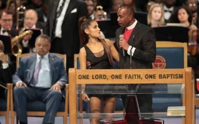 Ariana Grande foi apalpada por bispo depois de se apresentar no funeral de Aretha Franklin