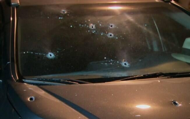 Tiros são registrados por marcas no carro do delegado aposentado, em tentativa de assalto no bairro da Urca