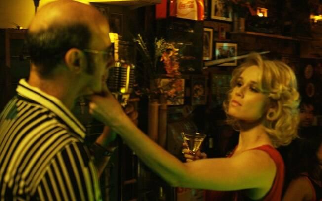 Mariana Ximenes interpreta mulher ciumenta em videoclipe