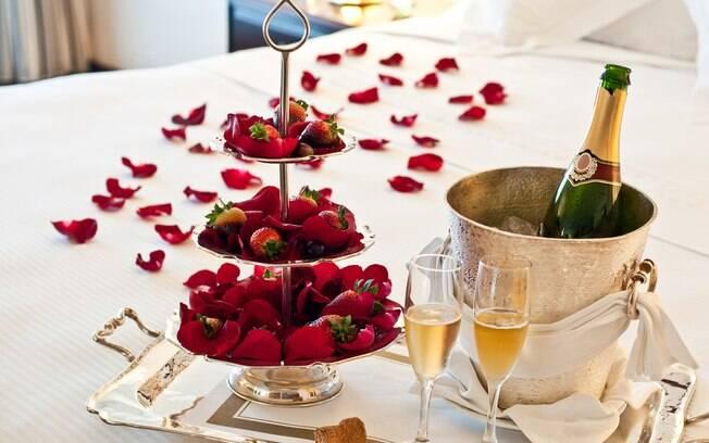 Na hora de preparar o quarto para noite romântica a dois, vale pensar no que o casal gosta para deixar personalizado