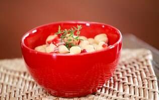 Salada de grão de bico com vinagrete de pimentão e cebola roxa
