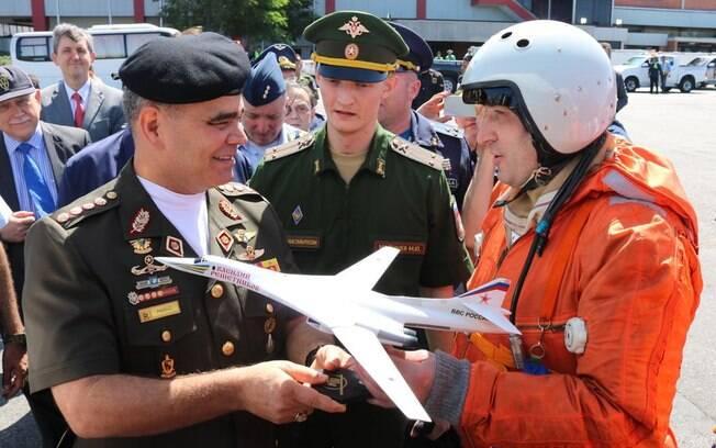 Ministro da Defesa da Venezuela comparece em cerimônia de boas-vindas a bombardeiros russos