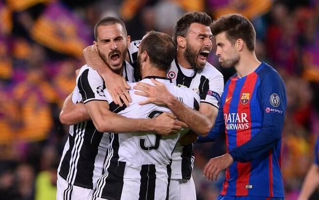 Piqué lamenta enquanto jogadores da Juventus comemoram classificação