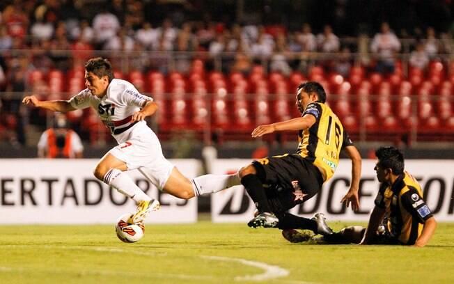 Osvaldo é derrubado por zagueiro boliviano  logo no início do jogo