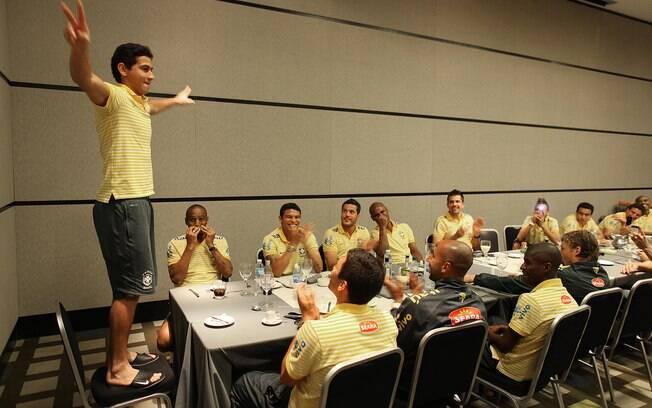 """Na convocação para o amistoso contra os EUA,  Ganso escapou do """"trote"""". Mas ao voltar,  na Copa América, foi obrigado a subir na cadeira,  diante dos colegas, e discursar"""