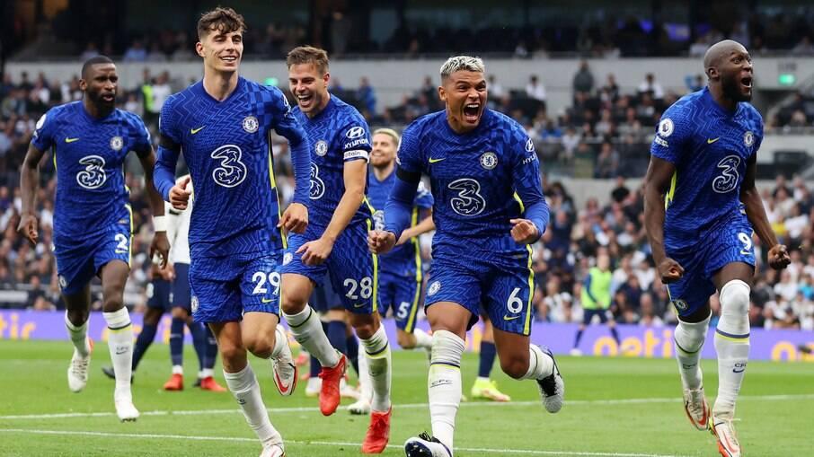 Thiago Silva celebra gol pelo Chelsea