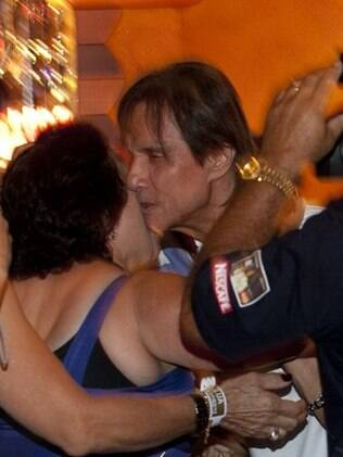 Roberto Carlos é cercado por fãs enquanto passa pelo Cassino
