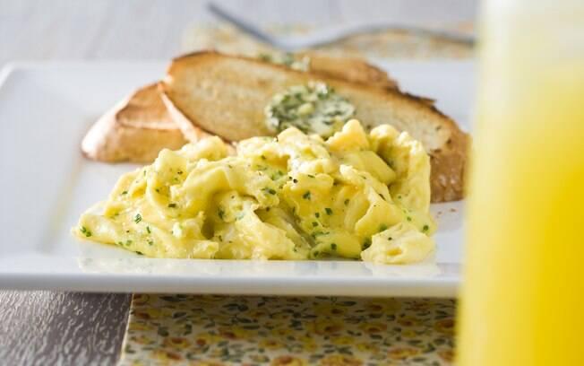 Foto da receita Ovo mexido com torradas e manteiga de ervas pronta.