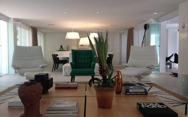 Assinado por Francisco Cálio, o Espaço da Família é composto por living, ambiente gourmet e varanda. O objetivo do profissional era garantir conforto a uma família numerosa