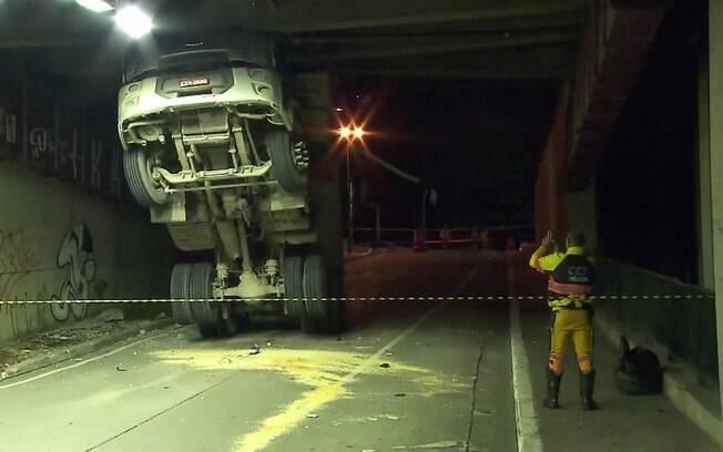 Caçamba do caminhão acabou acertando a entrada do túnel na rua da Consolação, zona oeste de São Paulo